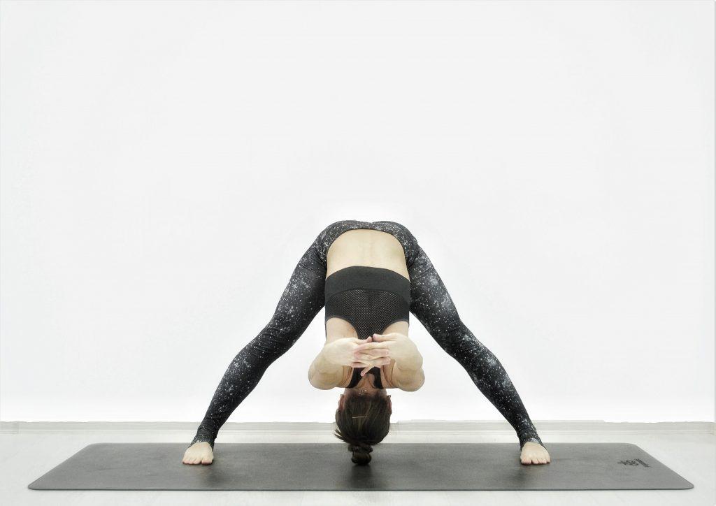 Детокс-йога для похудения, очищения, омоложения. Наклон с широко расставленными ногами