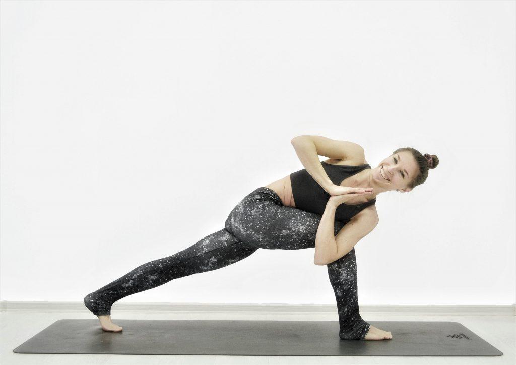 Детокс-йога для похудения, очищения, омоложения. Поза лунного серпа со скруткой.