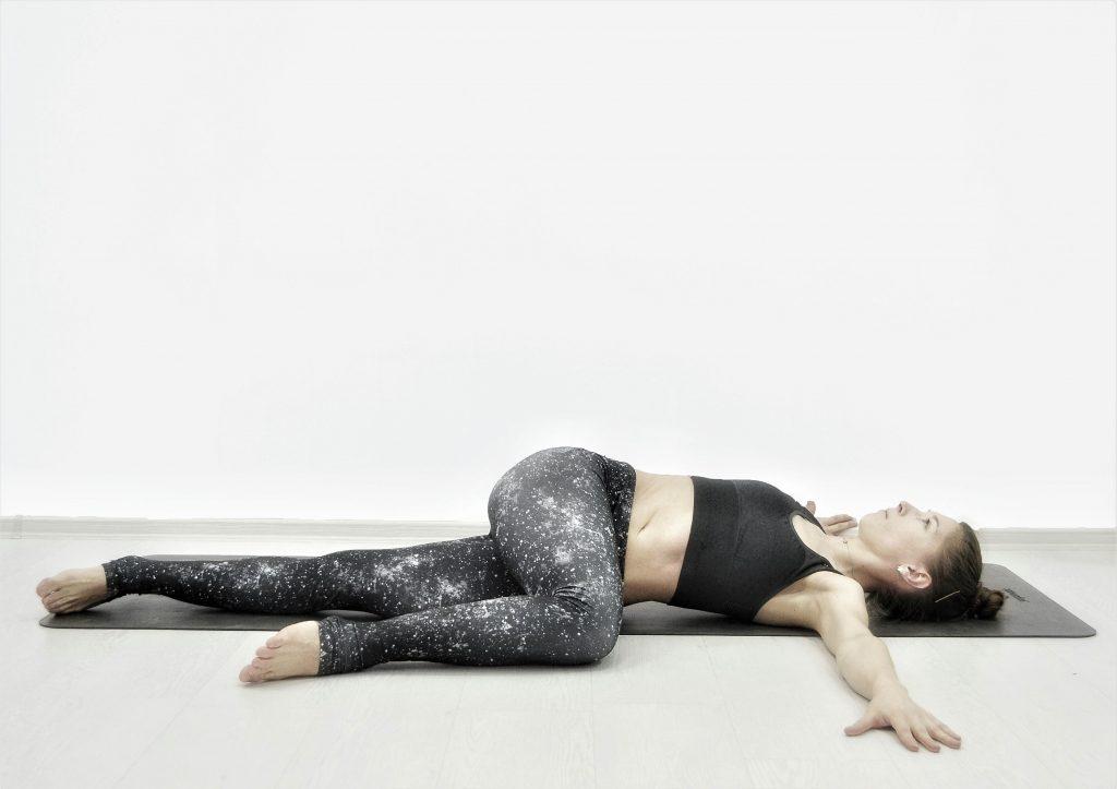 Детокс-йога для похудения, очищения, омоложения. Поза скрутки лежа.
