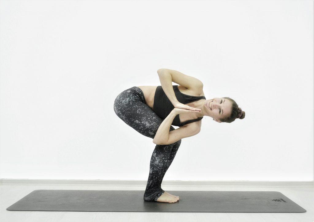 Детокс-йога для похудения, очищения, омоложения. Поза стула со скруткой